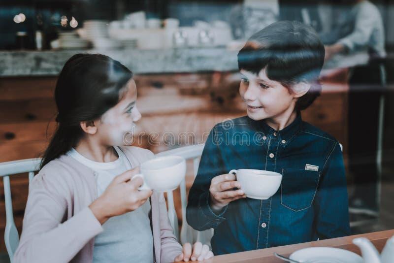 Giorno del sole Bambini felici Relazione sveglia Caffè fotografie stock libere da diritti