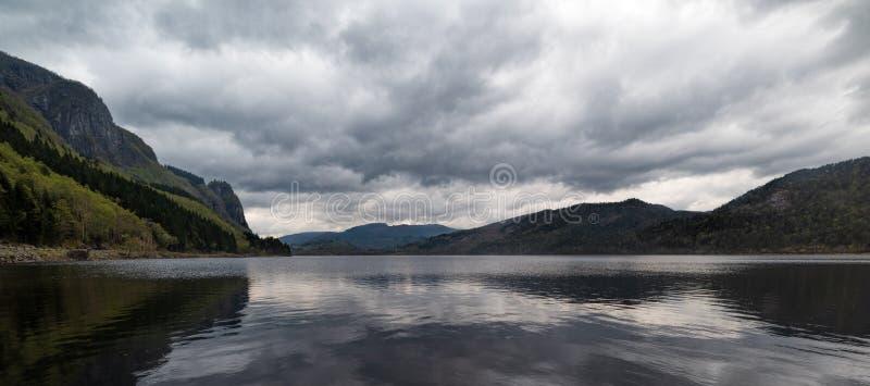 Giorno dell'annuvolamento in un lago in Norvegia del sud immagine stock libera da diritti