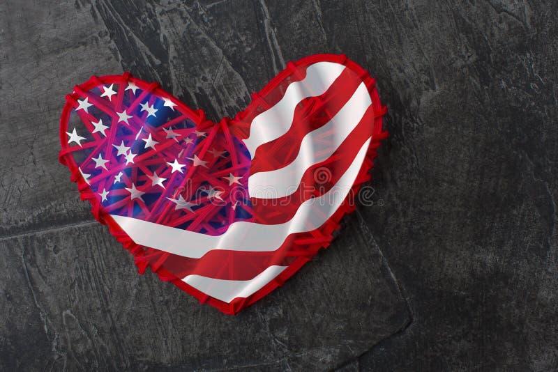 Giorno della bandiera americana, festa Bandiera sotto forma di cuore su un fondo scuro immagini stock libere da diritti