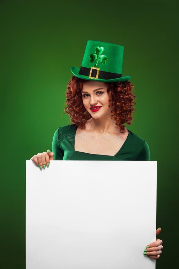 Giorno della st Patrick Giovane cameriera di bar sexy di Oktoberfest, portando un vestito e un cappello verde con il trifoglio, g immagine stock