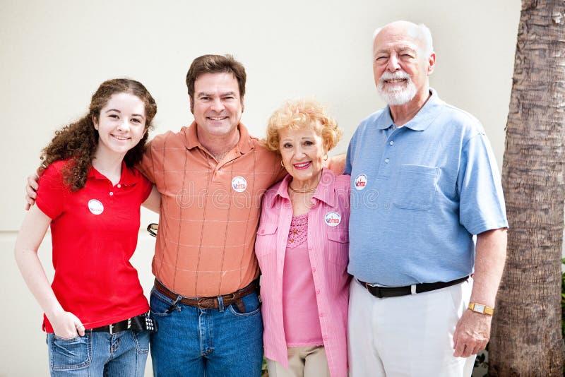 Giorno delle elezioni - voti della famiglia fotografia stock