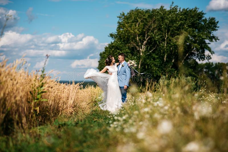 Giorno delle nozze La sposa e lo sposo sulla natura fotografie stock libere da diritti