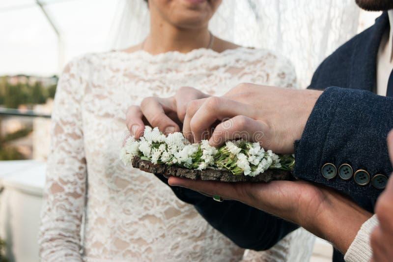 Giorno delle nozze Lo sposo dispone l'anello sulla mano del ` s della sposa Primo piano della foto immagine stock