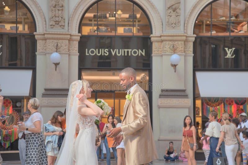 Giorno delle nozze nella galleria Vittorio Emanuele immagine stock libera da diritti