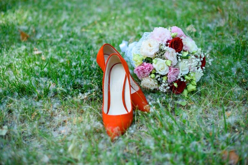 Giorno delle nozze per le persone appena sposate Attributi di nozze del newlywe immagini stock libere da diritti
