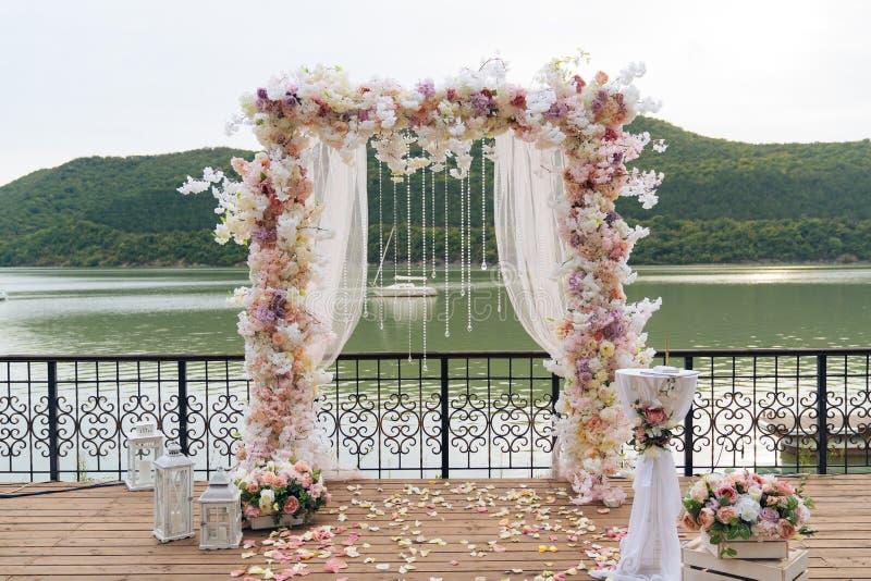 Giorno delle nozze, posto di cerimonia per la sposa e sposo, decorazione, fiori Il concetto della decorazione, arco di nozze è de fotografie stock