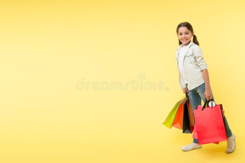 Giorno di acquisto giorno di acquisto con il bambino felice bambina sorridente il giorno di acquisto ragazza con i pacchetti dopo fotografie stock libere da diritti