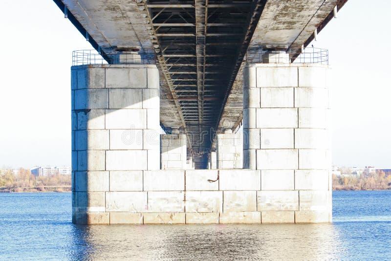 Giorno di autunno in Arcangelo Vista del fiume ponte nordico dell'automobile e di Dvina in Arcangelo fotografia stock libera da diritti