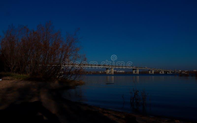 Giorno di autunno in Arcangelo Vista del fiume ponte nordico dell'automobile e di Dvina in Arcangelo fotografie stock libere da diritti