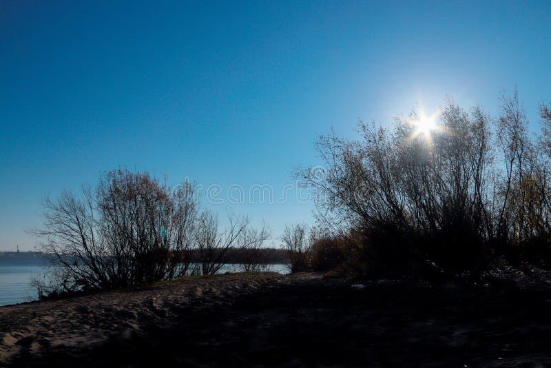 Giorno di autunno in Arcangelo Visualizzazione del fiume Dvina nordico e porto fluviale in Arcangelo fotografie stock