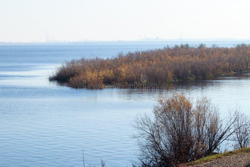 Giorno di autunno in Arcangelo Visualizzazione del fiume Dvina nordico e porto fluviale in Arcangelo immagine stock