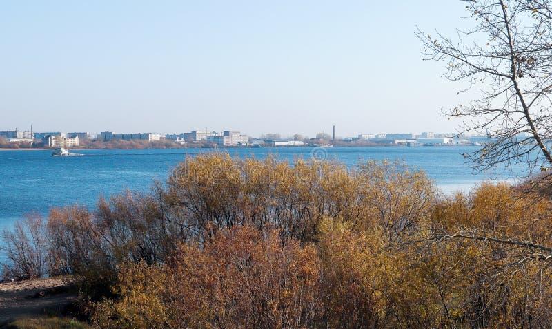 Giorno di autunno in Arcangelo Visualizzazione del fiume Dvina nordico e porto fluviale in Arcangelo immagini stock