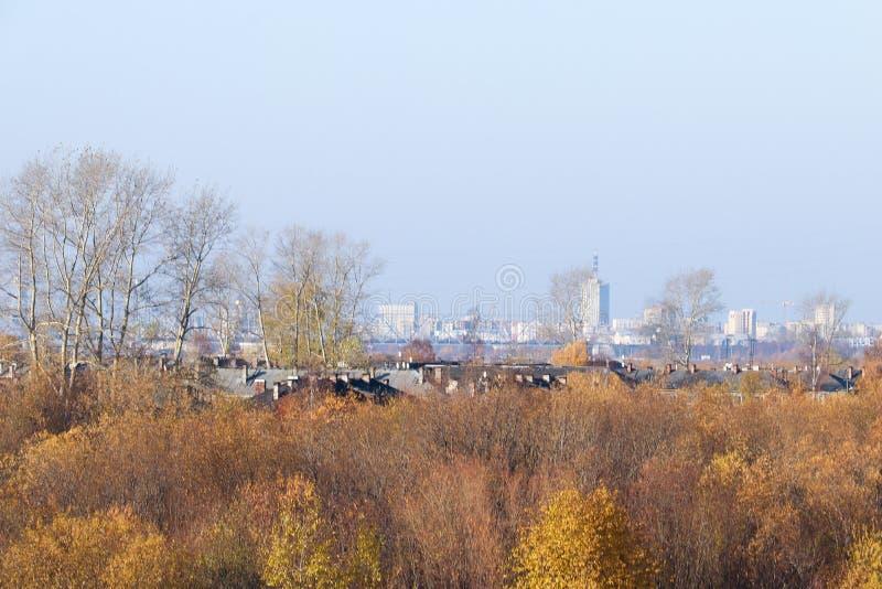 Giorno di autunno in Arcangelo Visualizzazione del fiume Dvina nordico e porto fluviale in Arcangelo fotografia stock