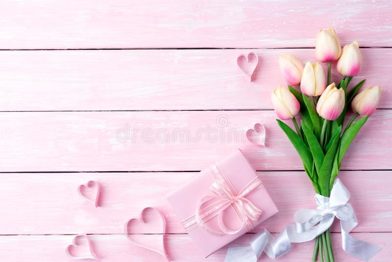 Giorno di biglietti di S Cuori di carta rosa con il contenitore di regalo immagine stock