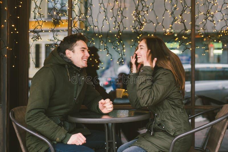 Giorno di biglietti di S. Valentino di festa di amore di tema gli studenti di college di paia, amanti eterosessuali caucasici nel immagine stock
