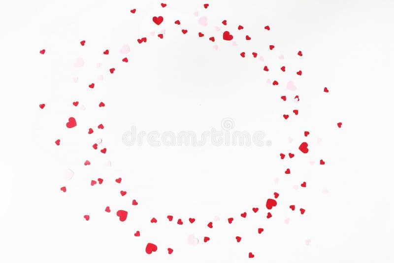 Giorno di biglietti di S. Valentino o composizione festiva in nozze Il cerchio ha fatto di rosso ed il cuore rosa della carta ha  immagine stock