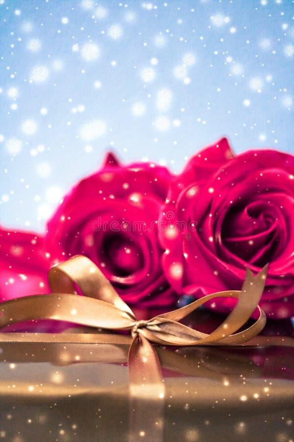 Giorno di biglietti di S. Valentino presente, contenitore di regalo e mazzo di lusso delle rose con neve brillante immagini stock libere da diritti