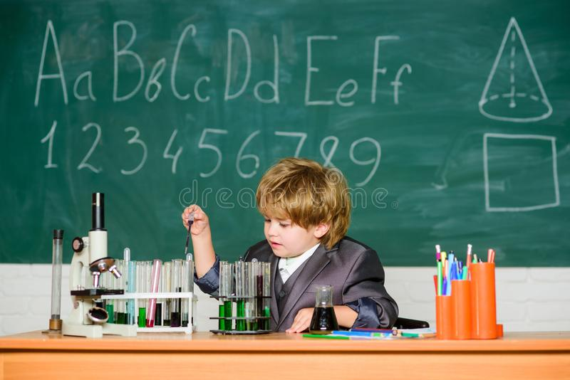 Giorno di conoscenza Istruzione scolastica di scuola primaria di conoscenza di base Infanzia felice Il bambino gode di di studiar immagini stock libere da diritti