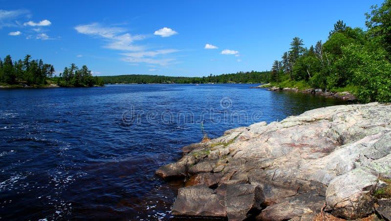 Giorno di estate meraviglioso: Bello lago nella foresta canadese immagini stock libere da diritti