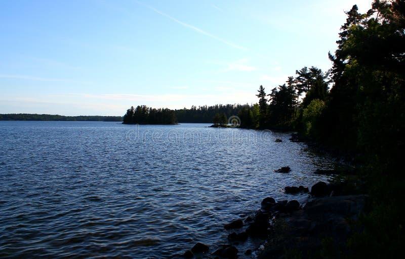 Giorno di estate meraviglioso: Bello lago nella foresta canadese fotografia stock
