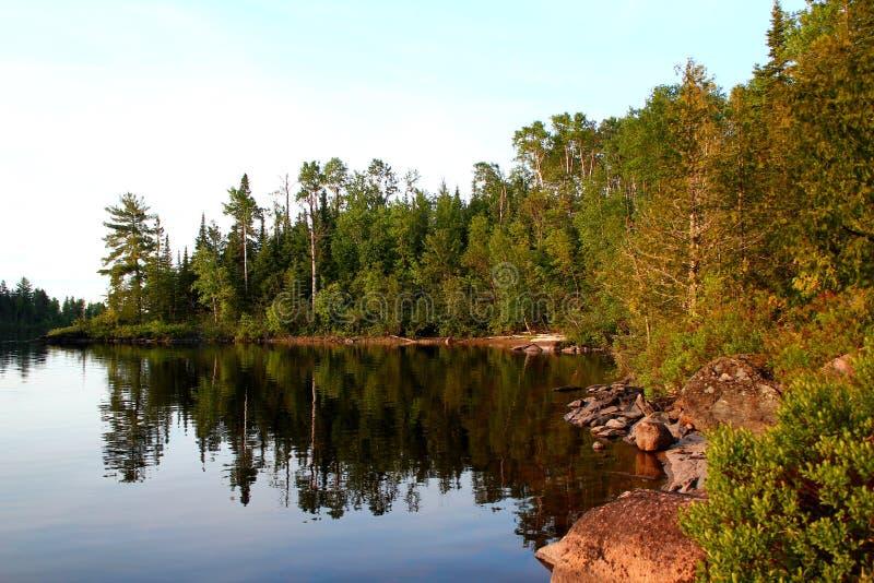 Giorno di estate meraviglioso: Bello lago in Ontario - Greate per la pesca, l'escursione e la canoa immagine stock libera da diritti