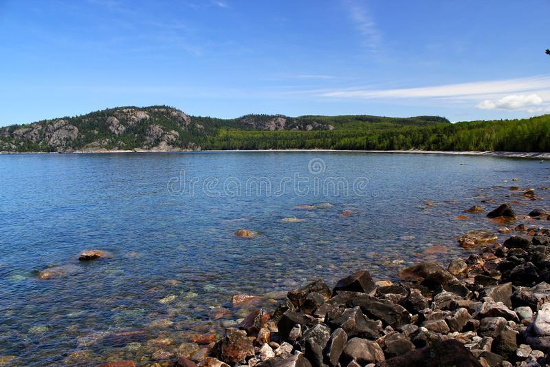 Giorno di estate meraviglioso: Bello lago in Ontario immagini stock libere da diritti