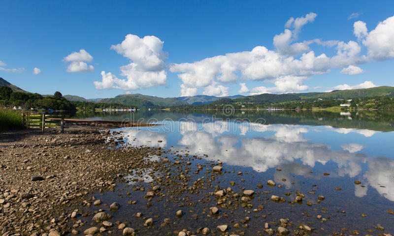 Giorno di estate Ullswater del distretto del lago del cielo blu BRITANNICO di Cumbria Inghilterra bello ancora con le riflessioni fotografie stock