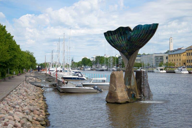 Giorno di giugno sull'aura del fiume La vista dell'armonia della fontana Turku, Finlandia immagine stock