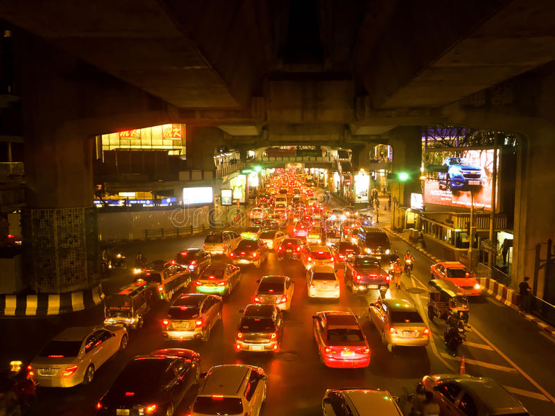 Giorno di ingorgo stradale e molto automobile sulla notte a Bangkok immagine stock libera da diritti