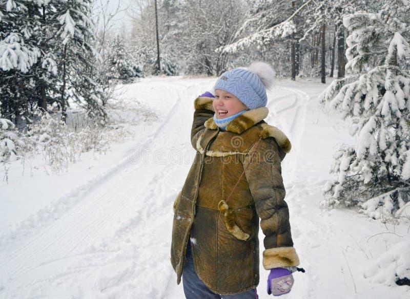 Giorno di inverno della palla di neve del tiro della ragazza fotografia stock libera da diritti