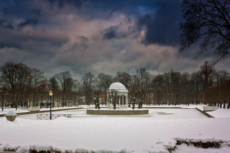 Giorno di inverno nel parco di Kadriorg immagini stock libere da diritti