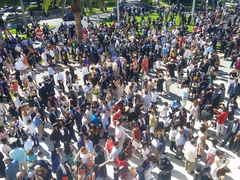 Giorno di laurea fuori del centro di convenzione immagine stock libera da diritti