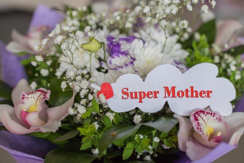 Giorno di madri felice cartolina d'auguri e bei fiori Vista dell'angolo alto Mazzo dei fiori e delle orchidee differenti festive fotografia stock