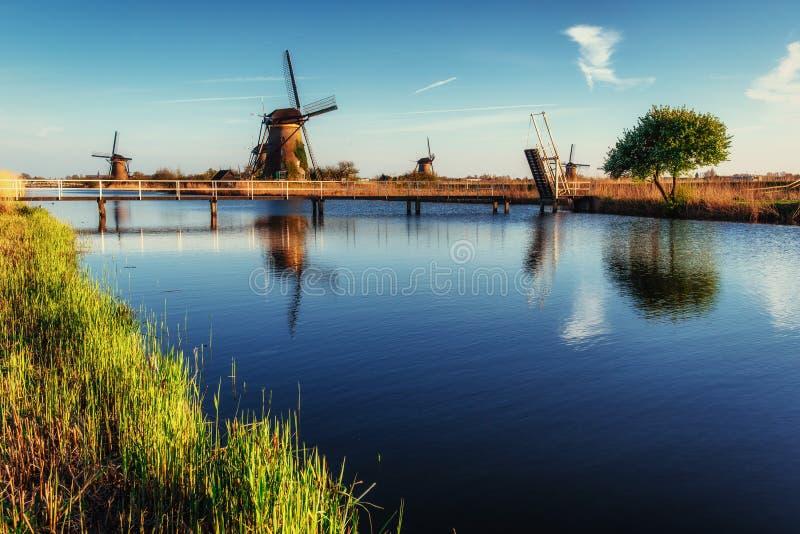 Giorno di molla variopinto con il canale olandese tradizionale dei mulini a vento in Ro fotografie stock libere da diritti
