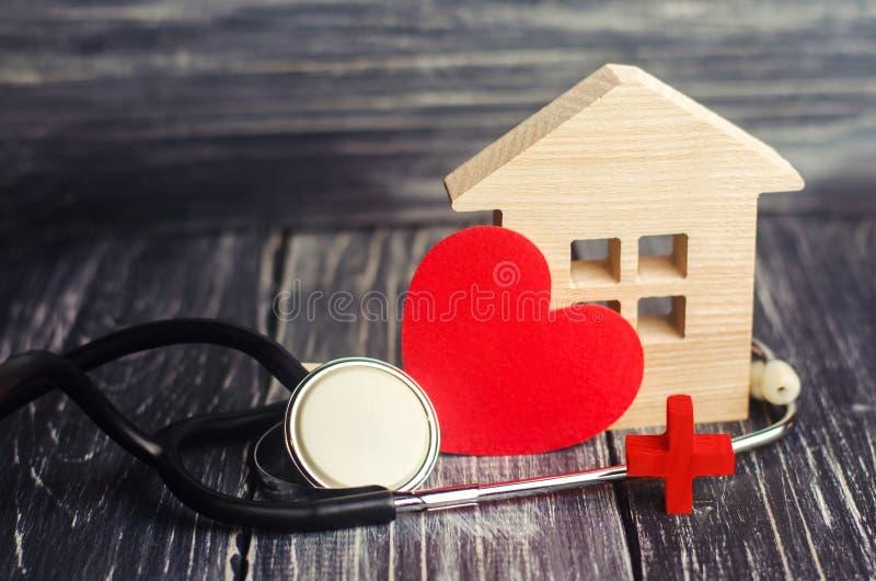 Giorno di salute di mondo, il concetto della medicina di famiglia ed assicurazione Stetoscopio e cuore fotografia stock libera da diritti
