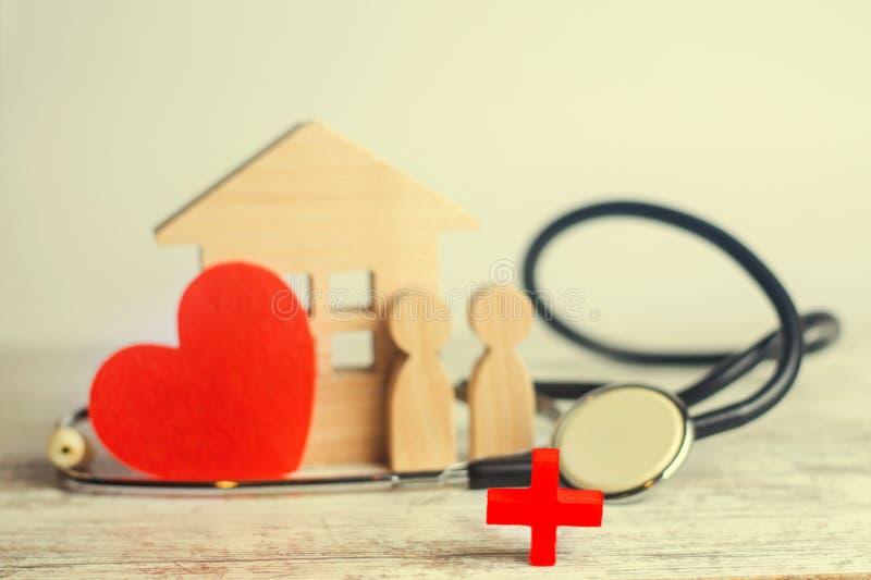 Giorno di salute di mondo, il concetto della medicina di famiglia ed assicurazione stetoscopio e la gente e cuore fotografie stock