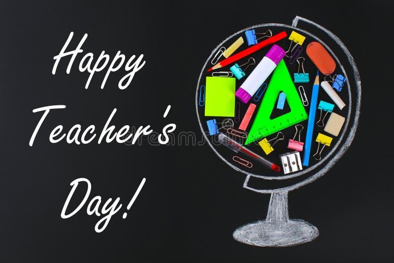 Giorno felice degli insegnanti globo gesso-disegnato che contiene la lavagna degli articoli per ufficio e della scuola studio di  fotografia stock