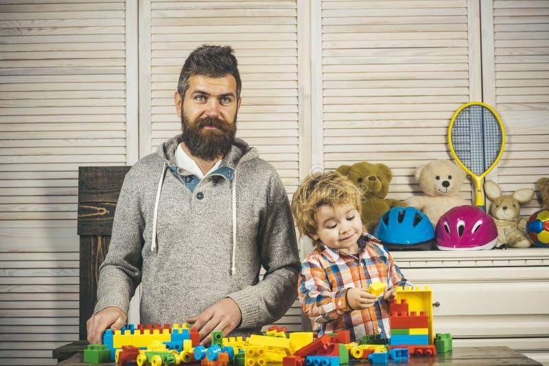 Giorno felice dei bambini della famiglia gioco del ragazzino con il padre a casa Infanzia felice Cura e sviluppo Padre e piccolo immagini stock