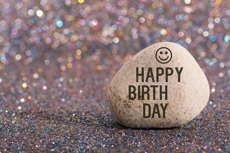 Giorno felice di nascita sulla pietra immagine stock libera da diritti