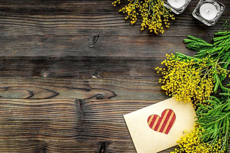 Giorno internazionale delle donne di concetto con il fondo di legno t dei fiori immagini stock libere da diritti
