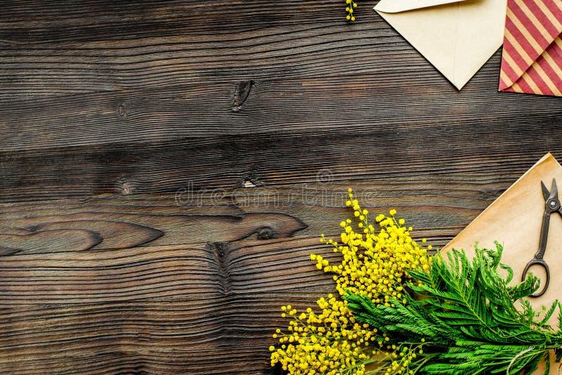 Giorno internazionale delle donne di concetto con il fondo di legno t dei fiori fotografia stock libera da diritti