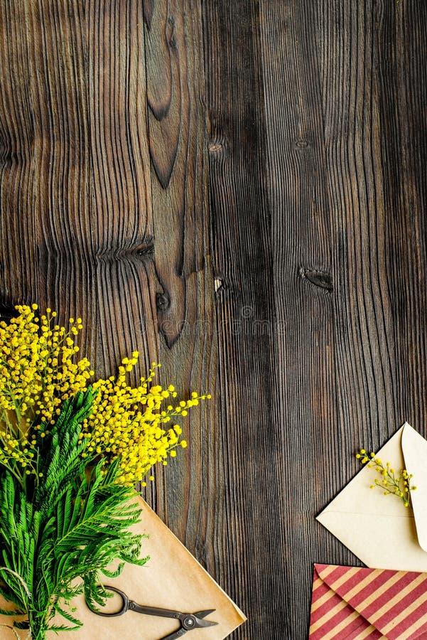 Giorno internazionale delle donne di concetto con il fondo di legno t dei fiori fotografie stock libere da diritti