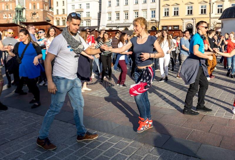 Giorno internazionale di Flashmob di Rueda de Casino Diverse centinaia persone ballano i ritmi ispani sul quadrato principale a C immagini stock