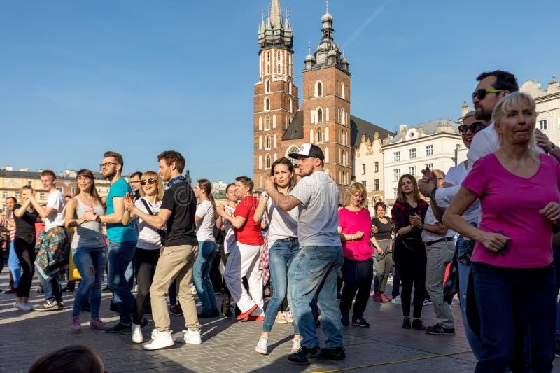 Giorno internazionale di Flashmob di Rueda de Casino Diverse centinaia persone ballano i ritmi ispani sul quadrato principale a C fotografie stock libere da diritti