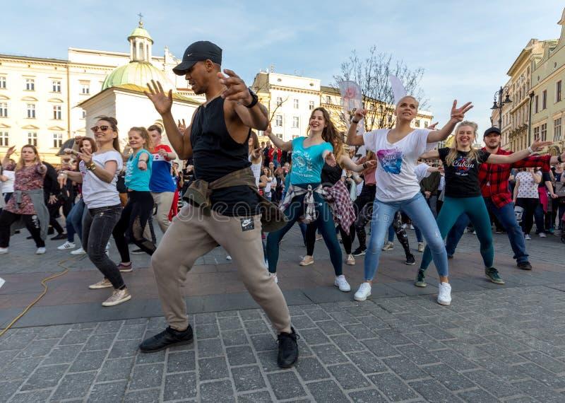 Giorno internazionale di Flashmob di Rueda de Casino Diverse centinaia persone ballano i ritmi ispani sul quadrato principale a C fotografia stock