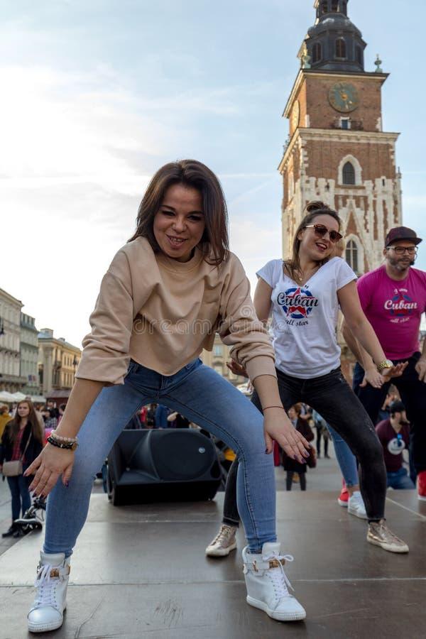 Giorno internazionale di Flashmob di Rueda de Casino Diverse centinaia persone ballano i ritmi ispani sul quadrato principale a C fotografia stock libera da diritti