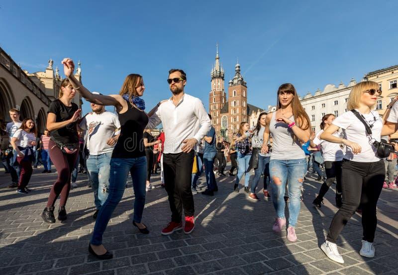 Giorno internazionale di Flashmob di Rueda de Casino Diverse centinaia persone ballano i ritmi ispani sul quadrato principale a C immagini stock libere da diritti