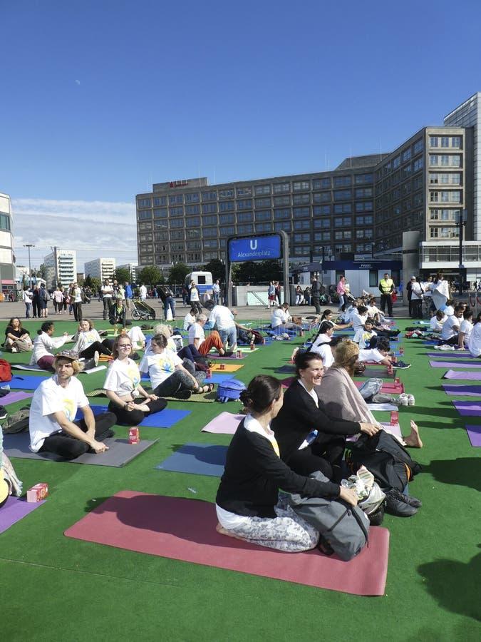 Giorno internazionale di yoga a Berlino fotografie stock libere da diritti