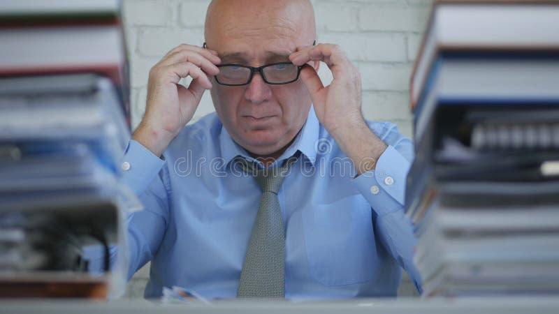 Giorno lavorativo di Wearing Eyeglasses Start dell'uomo d'affari in Accounting Company immagine stock