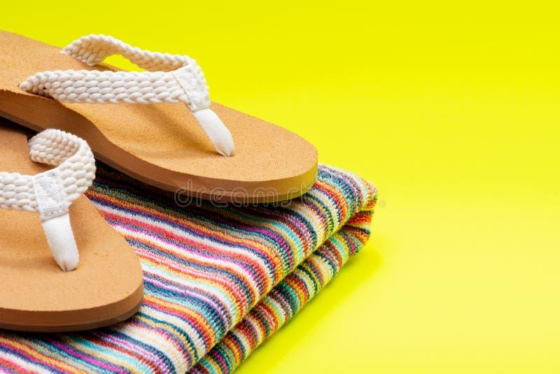Giorno naturale intrecciato causale Flip Flops della spiaggia del colore delle donne ed asciugamani di spiaggia a strisce variopi fotografie stock libere da diritti